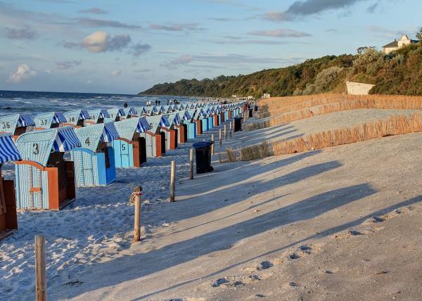 Strandkörbe allein am Abend